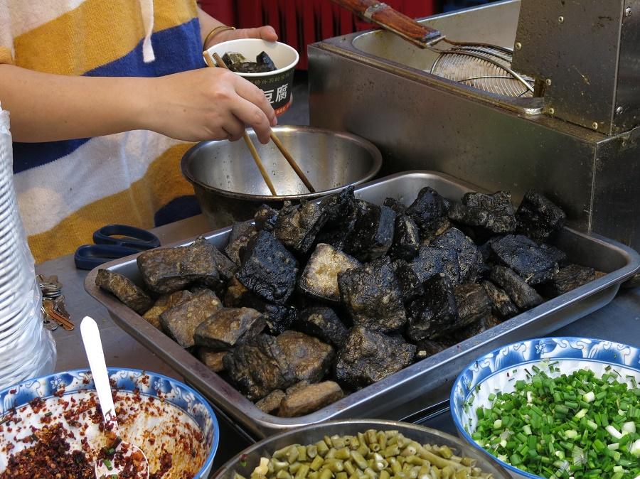 Le negi est un ingrédient très important de la cuisine d'Extrême-Orient. Ainsi, j'en ai aussi beaucoup mangé en Thaïlande et en Chine. Sur la photo ci-dessus, le negi cru ciselé sert à assaisonner du tofu noir frit à un stand de rue de Yangshuo.