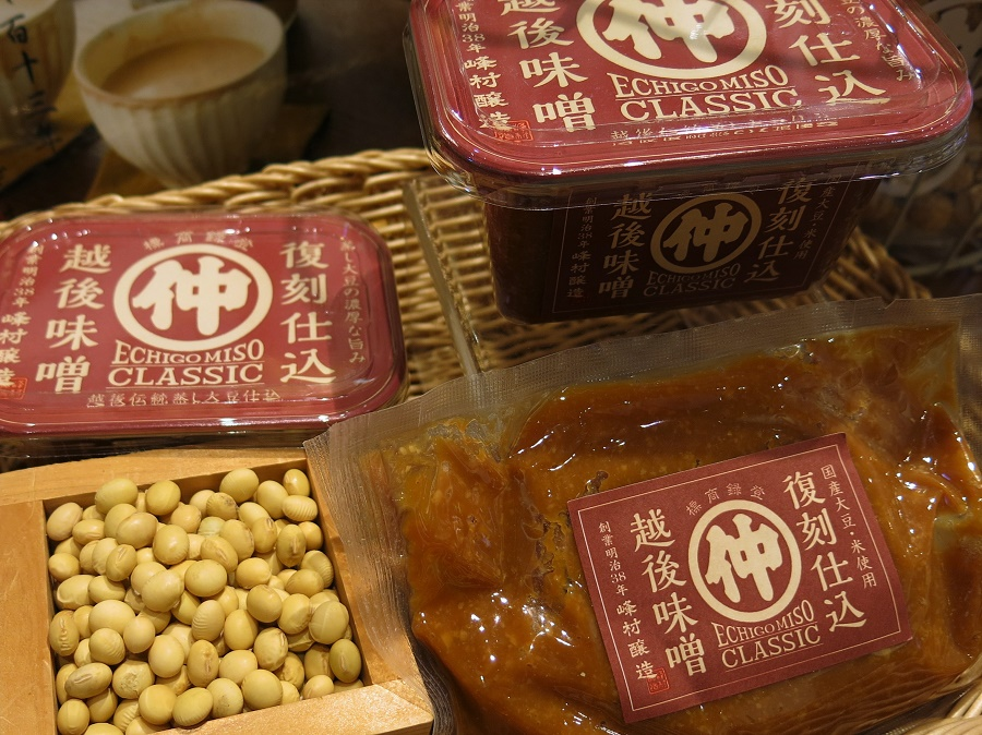 """La pâte miso est issue de la fermentation de fèves de soja, auxquelles on ajoute du sel, une autre céréale (riz ou orge) et un ferment japonais typique, le kôji (aussi utilisé pour fabriquer le saké et la sauce soja !). Selon son stade de fermentation, le miso varie du blond pâle au marron foncé, avec un goût plus ou moins puissant. Dans la cuisine japonaise, on ne l'utilise pas seulement pour la fameuse soupe miso (""""misoshiru""""), mais aussi dans de nombreuses préparations telles que sauces, marinades, etc."""