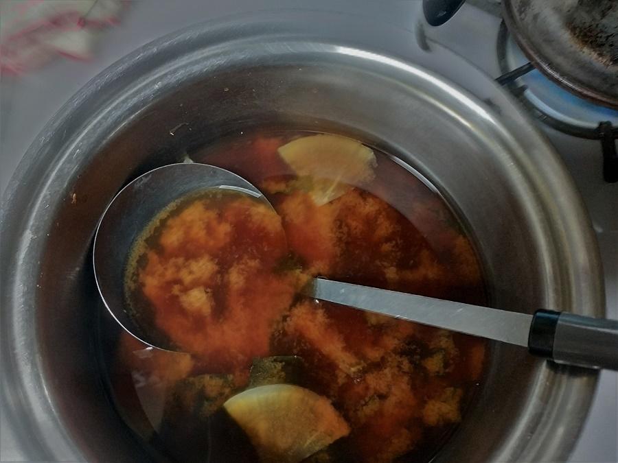 À vos casseroles ! Pour faire votre soupe miso maison, il vous suffira de dix-quinze minutes, car les légumes doivent rester croquants.