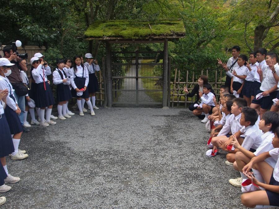Qu'on ne s'y trompe pas : je ne prétends pas que la société française n'est pas genrée. Mais au Japon, la différenciation des sexes me semble avoir un caractère encore plus systémique et, de mon vécu, oppressant. Exemple très concret : la séparation des garçons et des filles dans de nombreux collèges et lycées. Et pas question pour ces demoiselles de déroger à la jupette réglementaire...