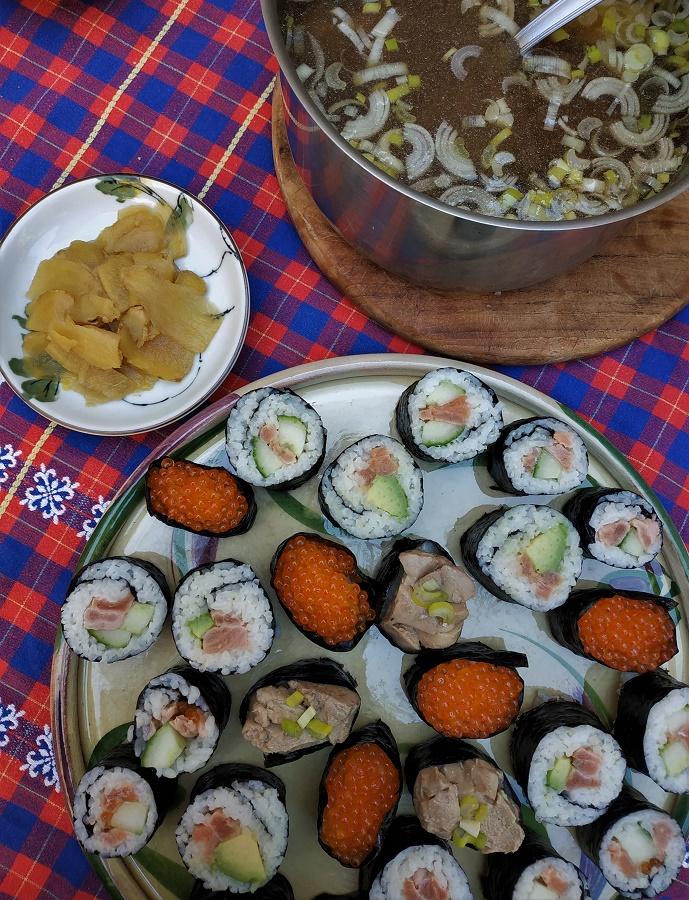 Voici une petite photo d'un repas dont je suis très fière et où le negi a toute sa place : soupe miso maison au negi, gingembre mariné maison et assortiment de sushis. Parmi eux, un sushi de mon invention, au foie de morue mariné au jus d'agrume et couronné... de negi cru ;) Sans fausse modestie, c'était une tuerie !