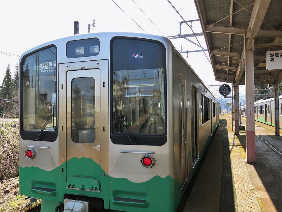 Au Japon, la criminalité est tellement faible que presque tout le monde dort dans les transports en commun, et notamment les trains. Personne n'a peur de se faire voler son sac... Quant à moi, ça me change du Transsibérien et des trains au Rajasthan !