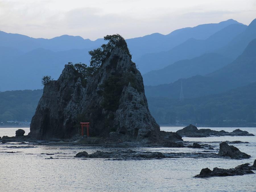 Mais cela ne nous a pas empêchés de profiter des magnifiques paysages dentelés de la côte, l'une des plus belles du Japon ! Cependant, veuillez noter que la photo ci-dessus est héroïque. En effet, j'ai payé un prix très cher pour cette douce lumière de crépuscule : très exactement trente-sept piqûres de moustiques à ma seule cuisse droite... C'est ça, l'engagement artistique.