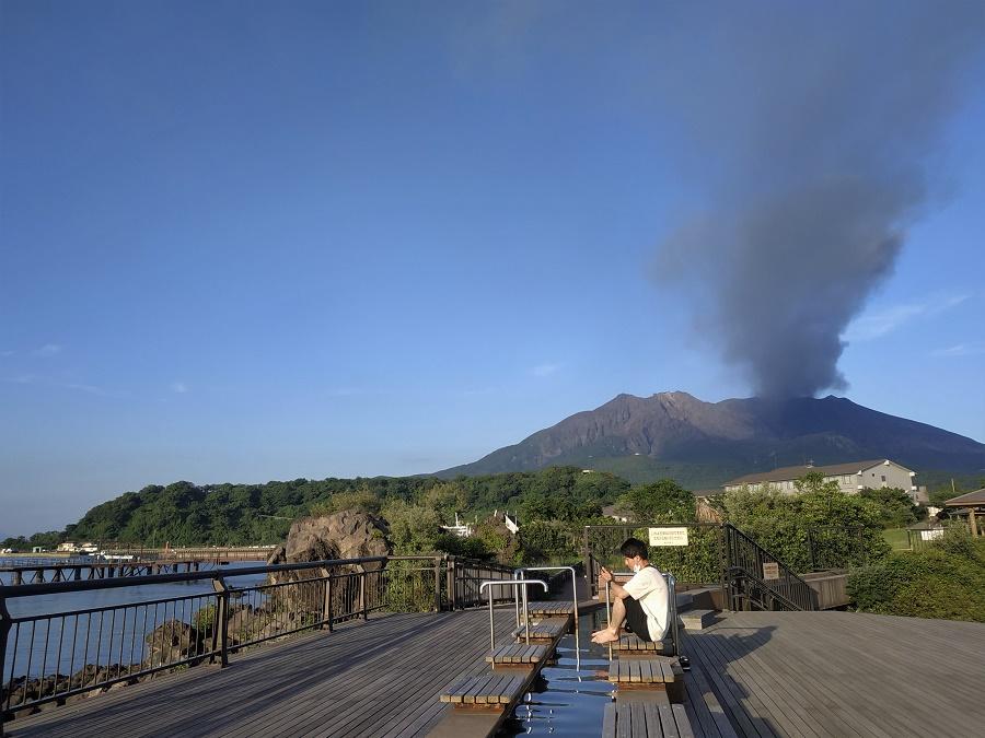 Mais le bain de pieds de Sakurajima surpasse largement tous ceux que j'ai pu voir jusqu'à présent au Japon ! Il cumule les atouts : une vue imprenable sur le volcan fumant, ainsi que sur la baie de Kagoshima, le bruit des vagues toutes proches s'écrasant sur la lave, et sa longueur de plus de cent mètres.