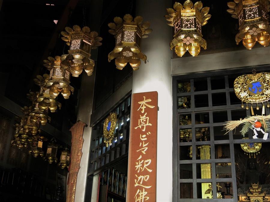L'esthétique du bouddhisme shingon pratiqué au mont Koya a un côté flamboyant qu'on ne retrouve pas partout au Japon. Avec tout cet or et ces couleurs vives, je me croyais parfois revenue en Inde ou en Chine... Peut-être est-ce lié au fait que son fondateur, Kobo Daishi, a longtemps voyagé en Chine pour en rapporter les doctrines bouddhistes, elles-mêmes originaires d'Inde ?