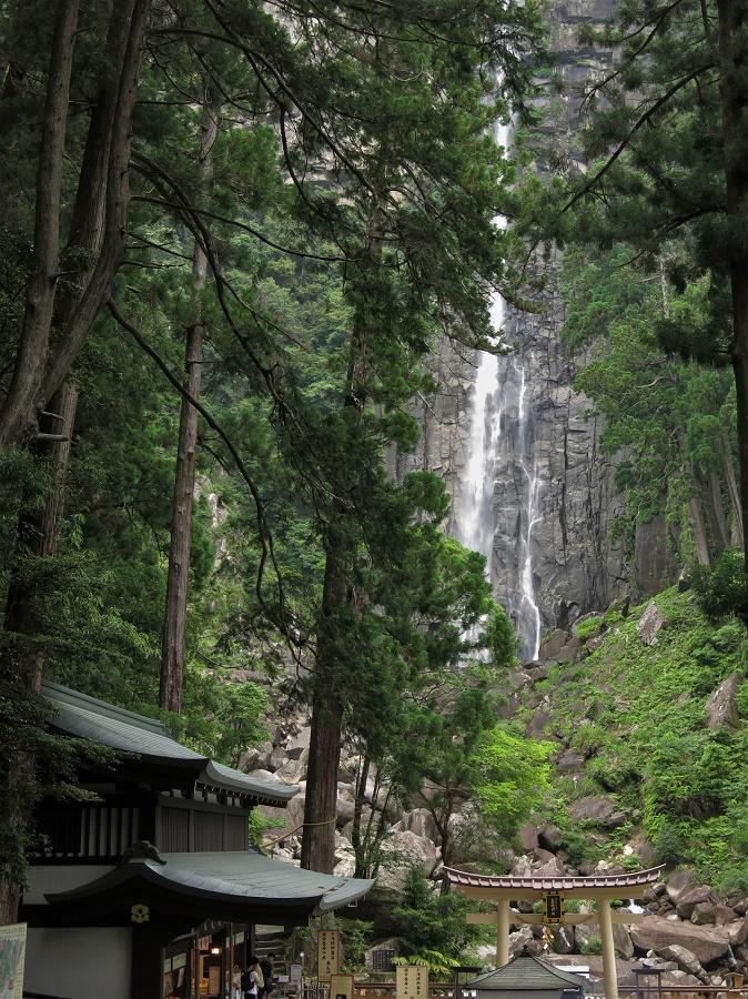 Au fond des bois, le long d'une falaise de 133 mètres de haut, coule cette chute d'eau sacrée, que les Japonais viennent prier comme une déesse. Du haut de cette élégante cascade, on voit, paraît-il, jusqu'à l'océan Pacifique…