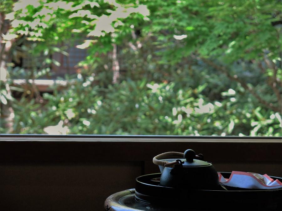 Notre petite chambre privée avait une magnifique vue sur le jardin intérieur et les bâtiments en bois du monastère. À notre arrivée, nous nous sommes régalés à l'admirer tout en savourant un thé vert sencha et de petits gâteaux à la pâte de haricots rouges sucrée. Le lieu était baigné d'une paix profonde. On n'entendait que les nombreux oiseaux et, de temps à autre, le gong lent d'un temple voisin.