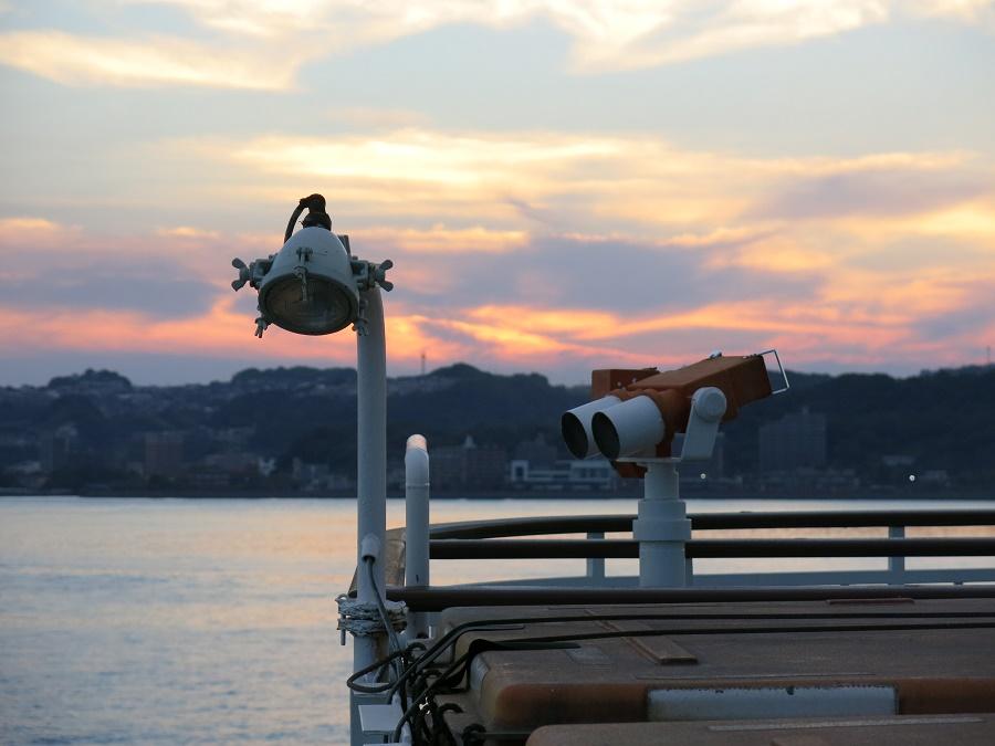 Ma dernière photo de la journée : le coucher de soleil mordorait les nuages de cendres que le vent avait portés au-delà de la baie, jusqu'à Kagoshima. J'étais partagée entre ce spectacle incessamment changeant et la surface de l'eau, où j'espérais encore apercevoir un des dauphins qui, paraît-il, vivent dans la baie...