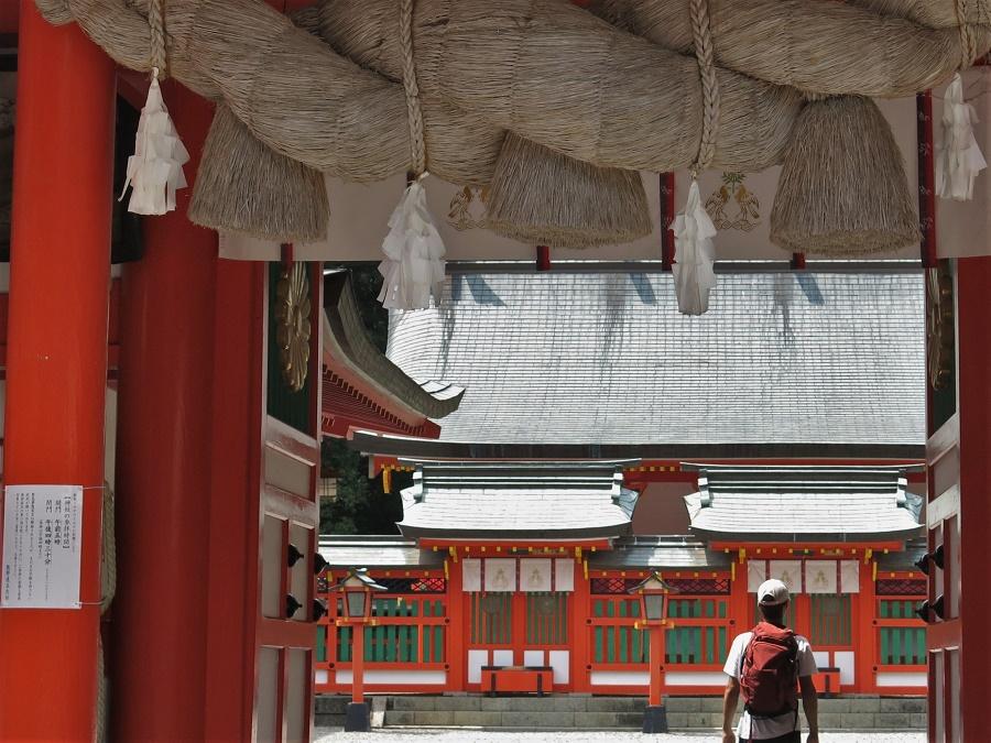 Lors de notre visite, le sanctuaire Hayatama Taisha était complètement déserté. Nos pas crissaient sur le gravier aveuglant de la cour et, sous le soleil de midi, nous cherchions l'ombre des portiques. Petite ambiance de western…