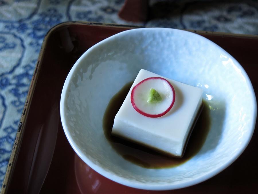 """Le gomadofu, ou """"tofu de sésame"""", est probablement le produit le plus connu du mont Koya. Il s'agit d'un faux tofu sans soja, constitué de poudre de sésame très fine, mélangée à une racine locale coagulante. Ce procédé donne au gomadofu une texture riche et fondante absolument unique qui, avec le bon petit goût de sésame, nous a tout de suite conquis. Comme vous le voyez, notre gomadofu était servi avec une pointe de wasabi et de la sauce soja."""