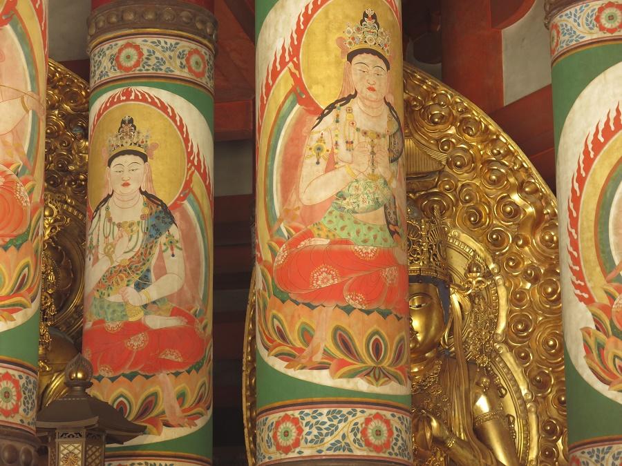 """Dans l'immense pagode """"Konpon Daito"""", édifice emblématique du mont Koya, j'ai retrouvé une esthétique qui me rappelait fortement l'Inde et les origines du bouddhisme. Cinq bouddhas dorés y priaient doucement pour la rédemption des humains, au milieu de l'odeur d'encens et de magnifiques peintures murales. Celles-ci représentaient d'autres bouddhas ou de célèbres moines japonais, mais aussi de nombreux éléments de la nature renvoyant à la foi shintô locale : paons, grues, canards, pins, lotus, camélias et autres roses trémières."""