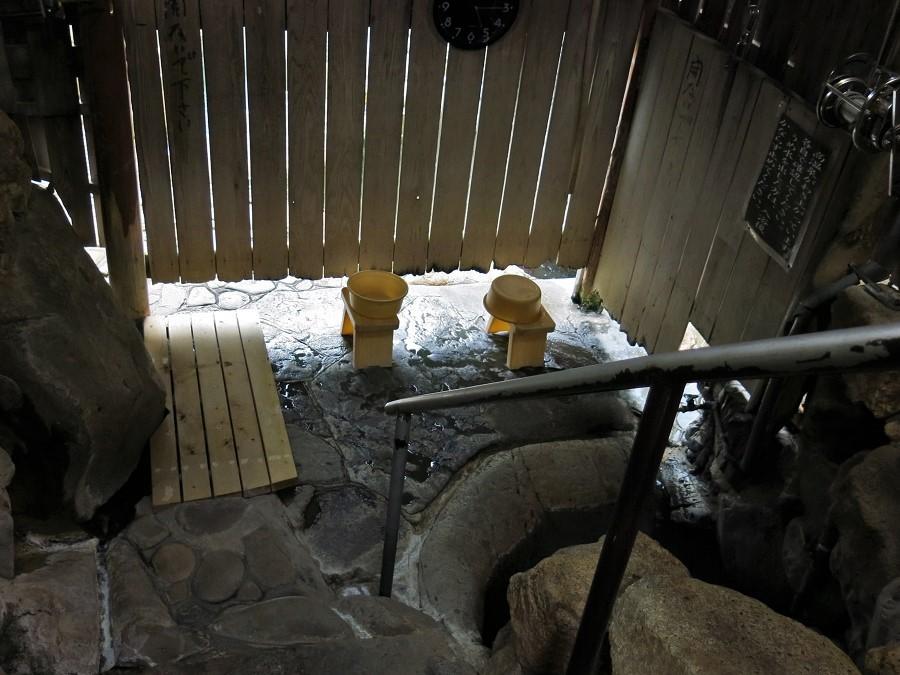 La cabane du Tsuboyu est vraiment toute petite : un minuscule bassin creusé à même la roche du torrent, deux petits tabourets et deux bassines pour se laver avant de pénétrer dans l'eau sulfurée. À travers les planches, nous sentions l'air tiède du soir tombant, et surtout nous pouvions espionner les quelques promeneurs flânant au bord de la rivière ;)