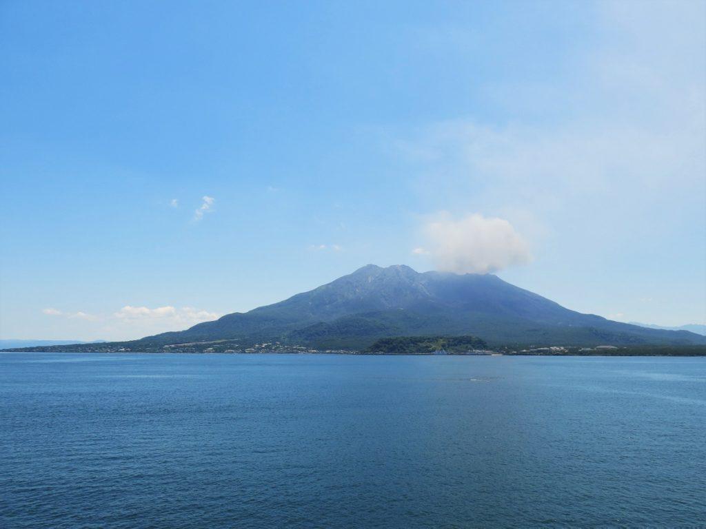 Volcan de Sakurajima : cendres noires sur mer azur