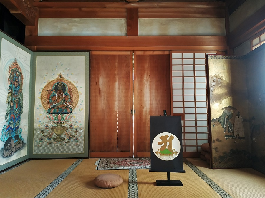 """Cette méditation constitue la première étape prescrite par le bouddhisme shingon pour l'apprentissage de la méditation zen. On médite face à une représentation de la première lettre de l'alphabet sanskrit, qui n'est autre que le """"a"""". (oui, je vous confirme que le sanskrit vient bien d'Inde et non pas du Japon... Mais c'est logique, puisque le bouddhisme est originaire d'Inde)"""