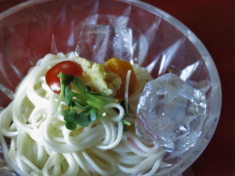 """Il y avait également des nouilles de blé, appelées """"somen"""", servies glacées pour s'accorder aux chaleurs de cette fin de printemps. Le gros glaçon posé sur le côté n'avait rien de fantasque, car c'est une pratique courante au Japon ! Pour parachever la fraîcheur du plat, les cuisiniers avaient ajouté une mousse de gingembre cru et quelques pousses de daïkon au goût poivré."""