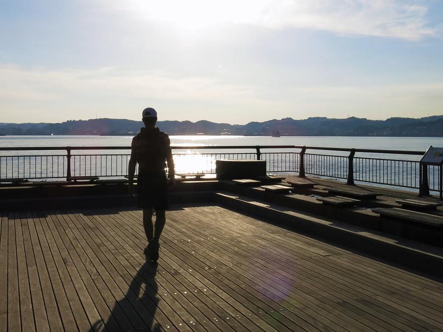 Au bout du sentier de Nagisa se trouve l'un des plus longs bains de pied du Japon. Après trois kilomètres de balade sur le sable noir brûlant, quel bonheur de retirer mes sandales pour plonger mes pieds dans l'eau thermale !
