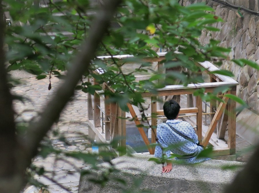 Nous avons donc imité les autres touristes, dont ce jeune homme en yukata, qui attendait que ses œufs soient cuits, tranquillement assis au bord de la rivière. Au bout de neuf minutes, nous avions des œufs délicieusement mollets, que nous avons dégustés sur place, avec du sel gentiment offert par la petite dame ! Je ne sais pas si c'était le produit de mon imagination, mais j'ai trouvé ces œufs particulièrement moelleux et délicieux ;)