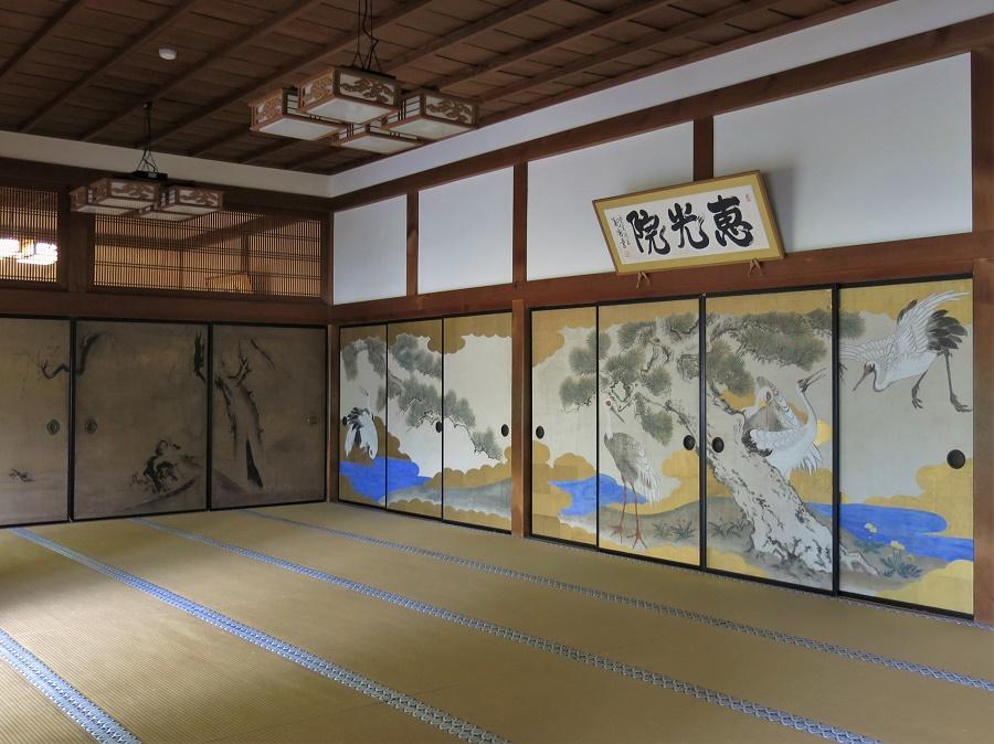 Le monastère Eko-in est vraiment un beau bâtiment ancien, tout en bois, tatamis et panneaux coulissants. Dans les grandes salles du rez-de-chaussée, on peut admirer de belles peintures traditionnelles sur les fusuma (portes coulissantes couvertes de papier).