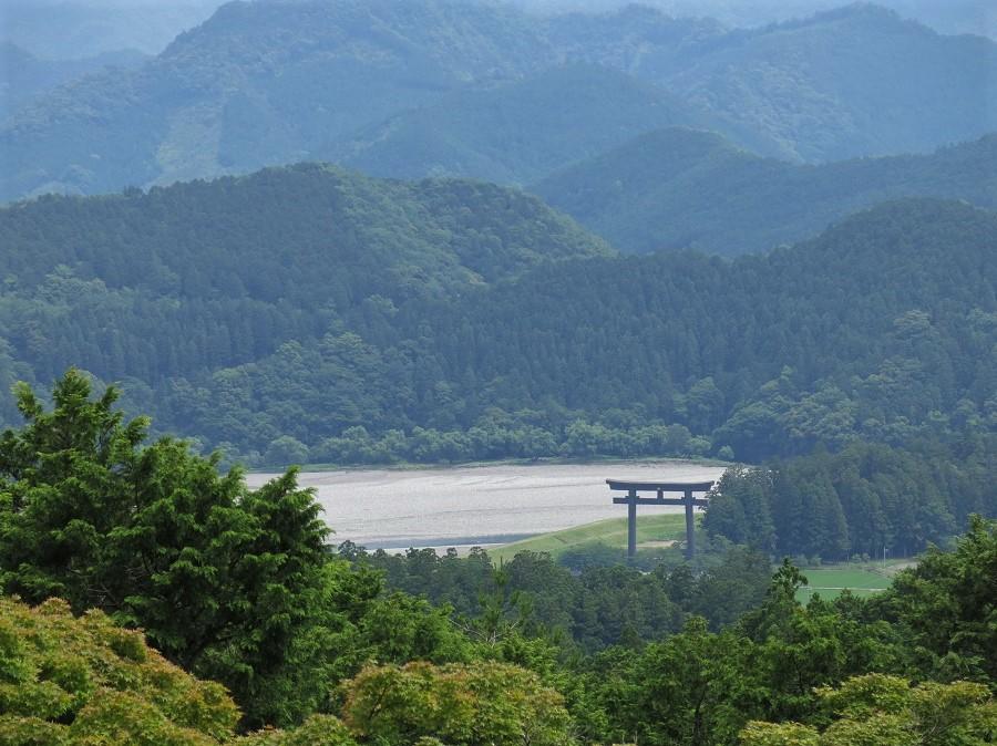 D'un des points culminants du sentier, nous avons pu apercevoir la rivière Kumano-gawa, au bord de laquelle se dresse le plus grand torii du Japon. Ces portails typiques des paysages japonais marquent l'entrée des sanctuaires shintô, la foi indigène de l'archipel à laquelle s'est mêlé le bouddhisme. Jusqu'à la fin du XIXème siècle, le fameux sanctuaire Hongû Taisha se trouvait à cet endroit, sur une île au milieu du large lit de la rivière. Depuis qu'une crue l'a emporté en 1889, le sanctuaire a été entièrement reconstruit sur la colline voisine, à l'abri des inondations. Aujourd'hui, seul demeure le torii monumental de trente-quatre mètres de haut, dressé au milieu des rizières.