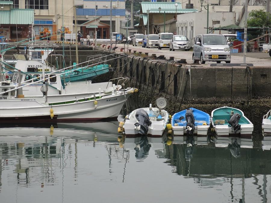 Malheureusement, en ces temps de coronavirus, toute la bourgade était à l'arrêt ! Le marché aux poissons et les onsen au bord des vagues étaient fermés. Pas un bruit de moteur dans le petit port de pêche...