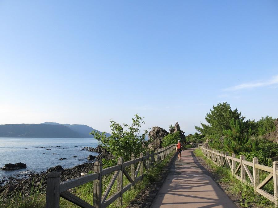 """Après avoir visité le centre volcanique et le belvédère grâce au bus, nous l'avons laissé nous déposer au départ du sentier de Nagisa. Ce joli chemin de trois kilomètres, surnommé """"sentier de la lave"""", serpente le long de la mer et des champs de lave qui sont venus s'y éteindre."""