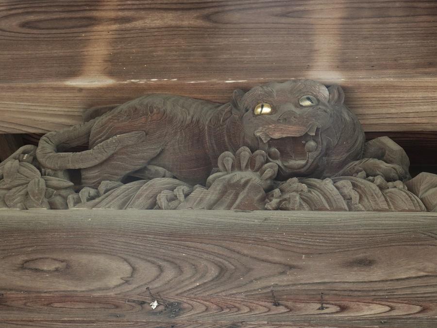 Un tigre féroce sur le fronton d'un temple bouddhiste à Shingû... Petite devinette pour vous, amis Radis : à votre avis, à quel personnage de dessin animé cette sculpture m'a-t-elle fait penser ? Une carte postale au premier qui écrira la bonne réponse en commentaire ;)