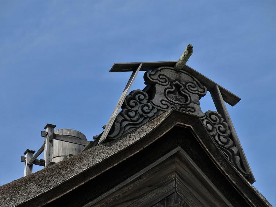 L'architecture particulière des bâtiments de bois du mont Koya, et notamment la forme des toits, témoignent de l'ancienneté de ce lieu de culte. Comme partout au Japon, la plupart des bâtiments ont brûlé plusieurs fois au cours des siècles, pour être ensuite reconstruits à l'identique.
