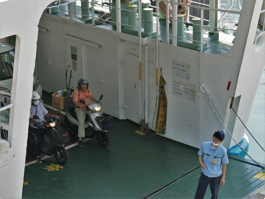 Nous avons vu toutes sortes de passagers sur le ferry, où les touristes endimanchés se mêlaient aux locaux affairés. Cela se reflétait dans les véhicules montés à bord : camions chargés de marchandises, salariés en voiture, motards en goguette ou papys pêcheurs en scooter...