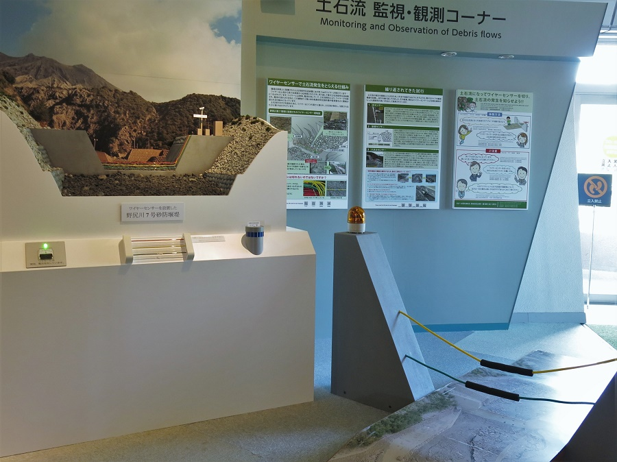 L'exposition du centre volcanique m'a aussi permis de comprendre que les fameuses cendres qui s'échappent du cratère n'ont rien d'anodin. Certes, elles ne sont pas aussi impressionnantes que la lave à 1000°C, mais elles causent de gros dégâts. En effet, ces cendres ont une composition proche du verre et, comme on s'en rend vite compte en se promenant à Sakurajima, se déposent partout sous la forme d'un sable noir, bien plus lourd que la terre. Lorsqu'il pleut (et c'est souvent le cas au Japon, surtout en juin qui est la saison des pluies !), les cendres forment des coulées de boue noire qui se précipitent vers la mer en détruisant tout sur leur passage.