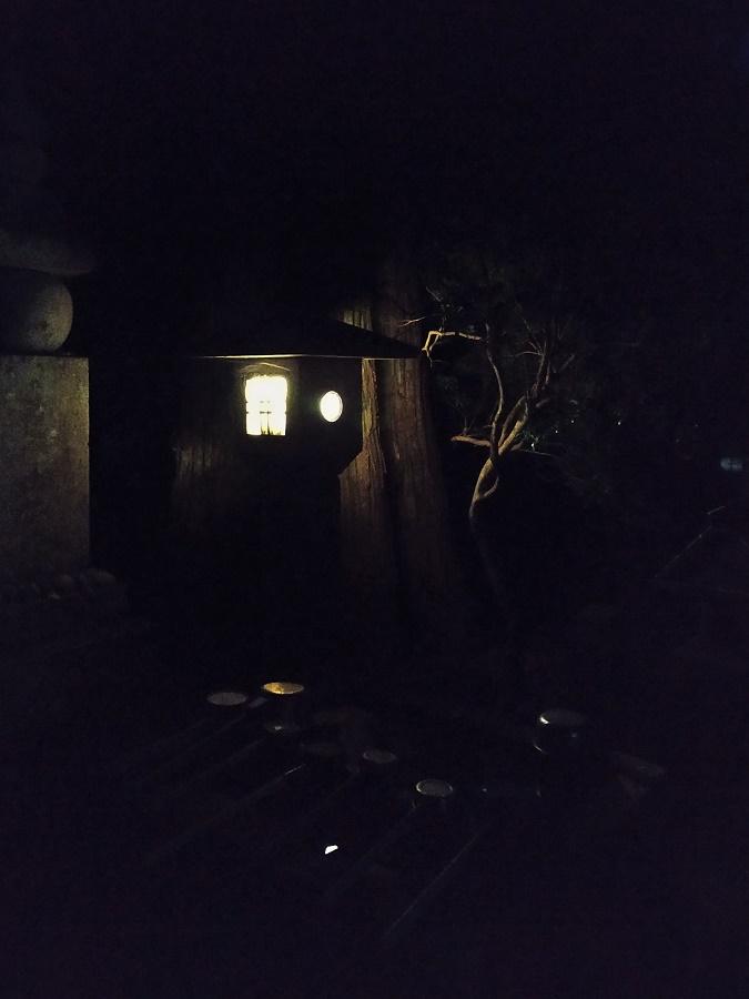 L'Oku-no-in est particulièrement beau à la tombée de la nuit, quand les centaines de lanternes qui bordent les sentiers s'allument. Entre les immenses cèdres centenaires, on entend seulement les craquements du vent et le cri rauque des écureuils volants (oui, oui).