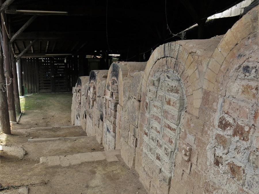 """Selon si on a l'intention d'acheter des pièces ou non, le tour d'Okawachiyama prend facilement deux ou trois heures. Là encore, les ateliers-boutiques ne sont pas le seul attrait du village : il y a également plusieurs petites attractions, dont un de ces fameux fours-tunnels japonais, appelés """"anagama"""". Construits sur une pente, ces fours à bois traditionnels sont composés de plusieurs chambres successives, auxquelles on accède par le côté et dont on mure les entrées pendant la cuisson."""