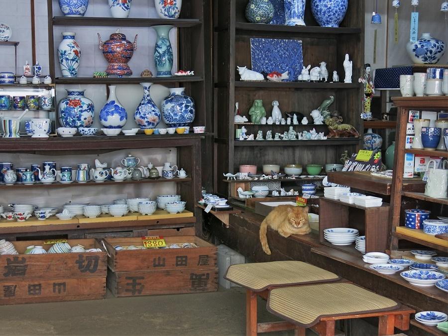 Je me suis cependant rattrapée dans quelques-unes des nombreuses autres boutiques du village. Moi qui connais le coût de la céramique en France, j'ai globalement trouvé les prix d'Okawachiyama très raisonnables. Pour les amateurs, il y a vraiment de quoi se faire plaisir ! D'autant plus que tout est fabriqué sur place et à la main, bien entendu :)