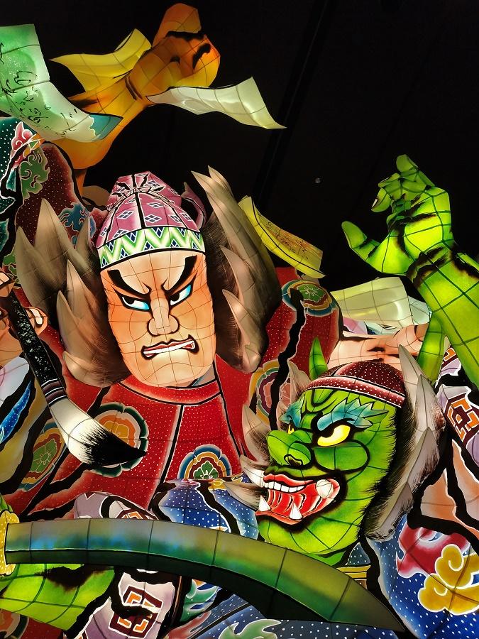 """Heureusement, il existe de très beaux musées qui permettent d'admirer les chars des festivals et de goûter un tout petit peu à l'atmosphère des matsuri. Dans mon dernier article, je vous parlais de celui de Karatsu. Voici maintenant deux photos prises à Aomori, ville réputée pour son festival """"Nebuta"""" et ses magnifiques chars illuminés de l'intérieur."""