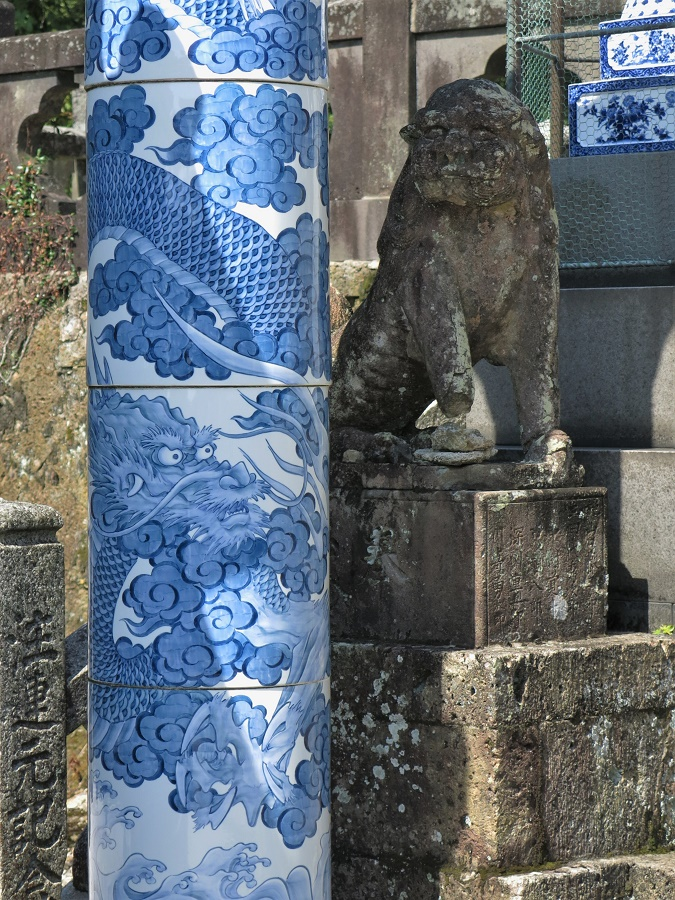Outre son joli cadre naturel et ses magasins de poterie, Arita présente quelques autres atouts qui valent le détour. On y trouve notamment plusieurs petits temples, dont le sanctuaire Tozan avec son torii (portail), ses lanternes et ses colonnes en porcelaine. C'est rarissime pour un temple japonais !