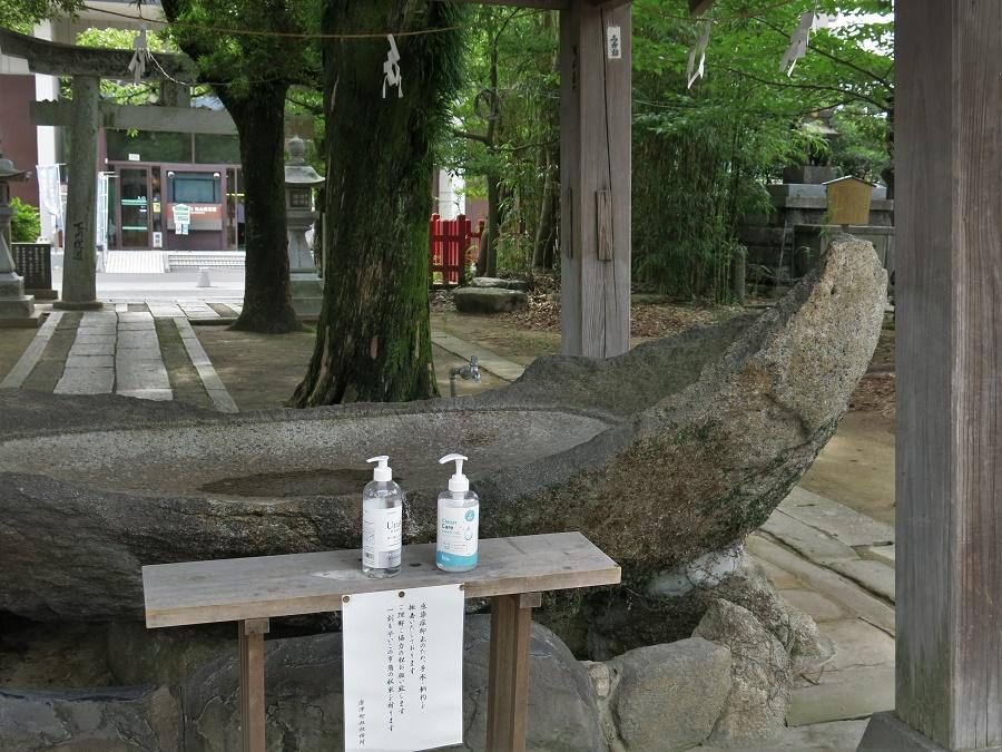 Un petit détail rigolo dans ce contexte anxiogène : à l'entrée de certains temples, la traditionnelle fontaine de purification a été remplacée par des flacons de gel hydroalcoolique !