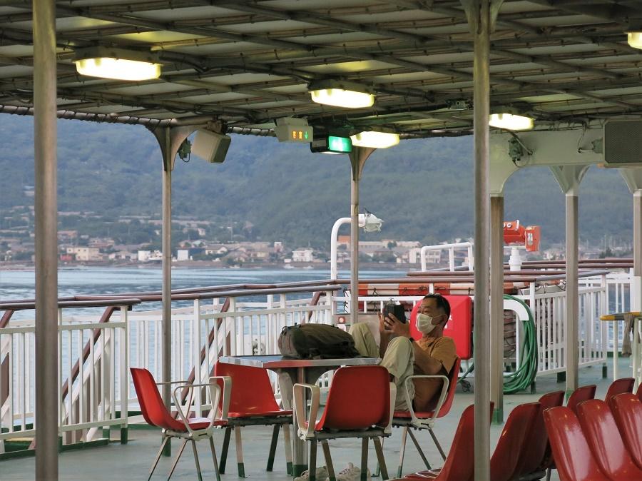 Un monsieur se met à l'aise sur le ferry presque désert menant au volcan actif de Sakurajima... Un comportement qui n'est pas typiquement japonais, c'est le moins qu'on puisse dire xD Y aurait-il relâchement en ces temps extraordinaires ?