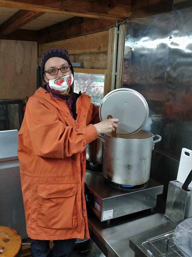 Me voilà en train de préparer de la sauce avec les piments bios de la ferme où j'ai passé tout le confinement, dans les Alpes japonaises. Ne me grondez pas à cause de mon nez qui dépasse du masque, si je ne fais pas ça je suis aveuglée par la buée sur mes lunettes !