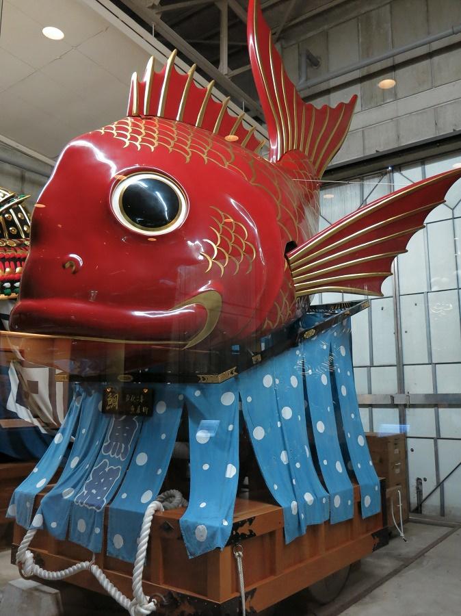 Je n'ai pas eu l'occasion de m'y rendre, mais il paraît que le marché aux poissons vaut également le détour. Pour ma part, j'ai tout simplement adoré visiter l'exposition de hikiyama, les chars du fameux festival de Karatsu. J'y ai passé un long moment à admirer les quatorze chars datant de la fin du XIXe siècle. Ils représentent des figures traditionnelles comme des dragons, des démons et... en l'occurrence, une dorade ;) Ils servent encore tous les ans lors du festival de Karatsu, du 2 au 4 novembre !