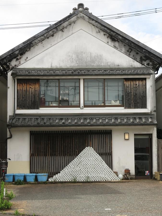 Un mont Fuji de pots en porcelaine devant le musée d'Imari !