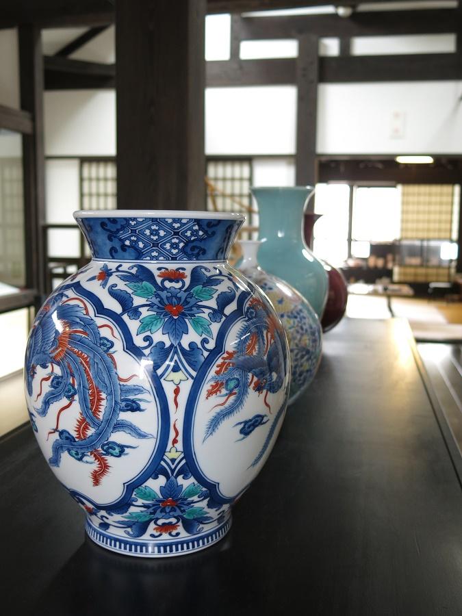 """La """"poterie d'Imari"""" désigne les céramiques produites dans la région, dont la porcelaine d'Arita ! En effet, dès la deuxième moitié du XVIIe siècle, Imari s'est imposée comme le principal port fluvial de transfert de céramiques vers le reste du Japon. Presque toutes les pièces produites dans le nord-ouest de Kyushu transitaient par l'estuaire d'Imari, et c'est pourquoi ces pièces étaient connues du plus grand nombre sous le nom de """"céramique d'Imari""""."""