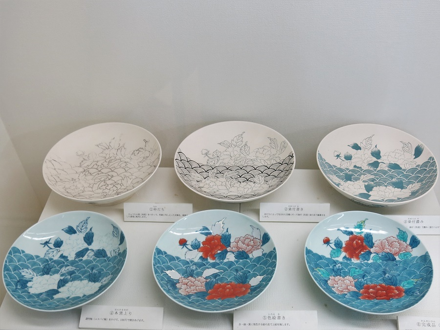 Le musée de la poterie d'Arita, que l'on peut visiter gratuitement, présente notamment les différentes étapes du décor sur porcelaine. Voici un très bon exemple de décor traditionnel à la mode d'Arita : pivoines rouges, feuilles vertes et motifs géométriques bleus. Évidemment, j'adore ! En plus, c'est extrêmement technique. Comme le montrent les différentes étapes, le décor nécessite plusieurs cuissons successives. En effet, les céramistes ajoutent l'émail transparent en plein milieu du processus et peignent une partie du décor sur la pièce déjà émaillée...