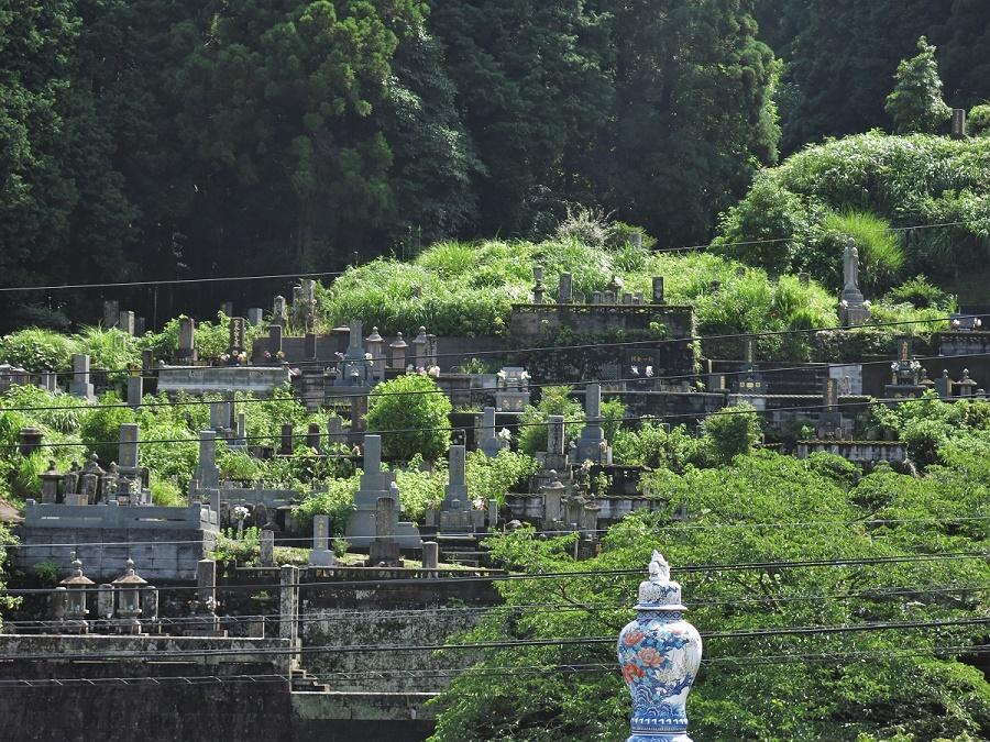 Niché au milieu des montagnes escarpées toutes proches d'Imari, le petit village d'Okawachiyama se dérobe aux regards indiscrets. C'est pourquoi le clan Nabeshima y a créé, aux alentours de 1660, un centre secret de fabrication de porcelaine, aux techniques jalousement gardées. Pour ce faire, ils ont forcé des céramistes coréens à s'installer dans le village afin de leur faire produire des porcelaines d'un raffinement extrême, destinées exclusivement aux plus dignitaires japonais.