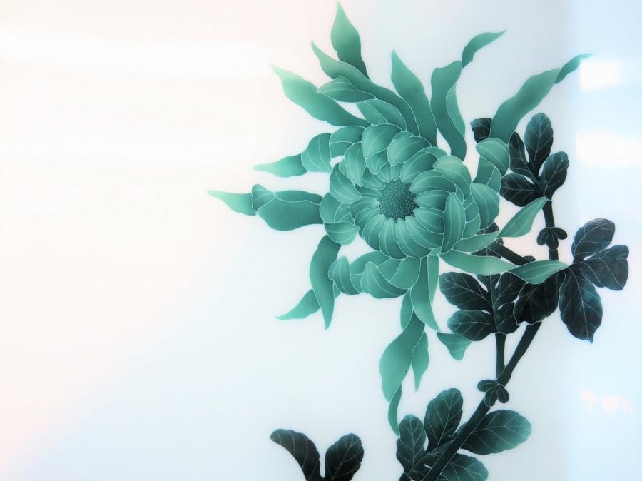 """J'ai particulièrement aimé le travail monochrome d'un des ateliers en bas du village, le """"four Ranzan"""". Il y avait une délicatesse incroyable dans les motifs de végétaux divers, que j'étais d'autant plus à même d'apprécier depuis ma petite initiation... Quelle dextérité ! Malheureusement, leurs prix étaient hors de portée de ma petite bourse."""