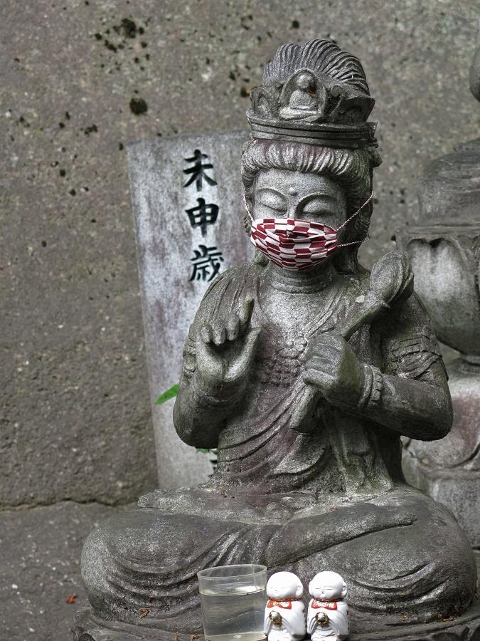 Dans la plupart des temples et sanctuaires japonais, les statues ont été affublées de masques afin de protéger les dieux contre le coronavirus. À moins que ce ne soit pour encourager les fidèles à respecter les gestes barrières ?