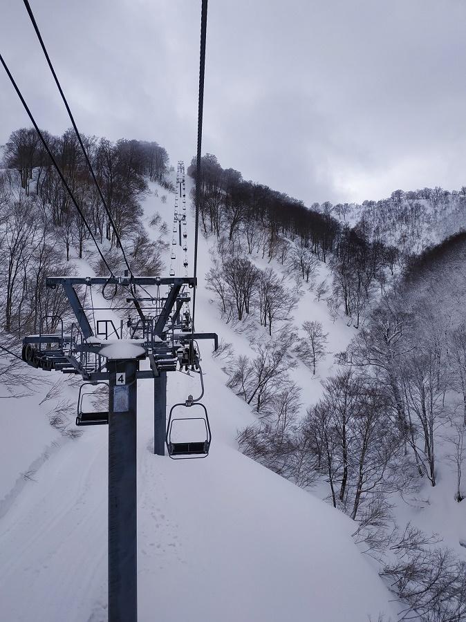 L'épidémie de covid-19 s'est déclenchée pendant ma saison en station de ski dans les montagnes japonaises. Au début, du fond de nos montagnes, tout ça nous paraissait bien lointain et abstrait... Mais quand les touristes ont déserté la station et que nous nous sommes retrouvés au semi-chômage technique, nous avons enfin compris que l'épidémie nous concernait aussi !