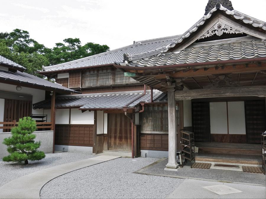 Karatsu est une ville très intéressante pour les amateurs d'architecture. En effet, on peut y visiter plusieurs maisons anciennes ou modernes, ainsi qu'une banque art déco ouverte au public. Et surtout, on peut monter au château et admirer la vue panoramique sur la baie de Karatsu !