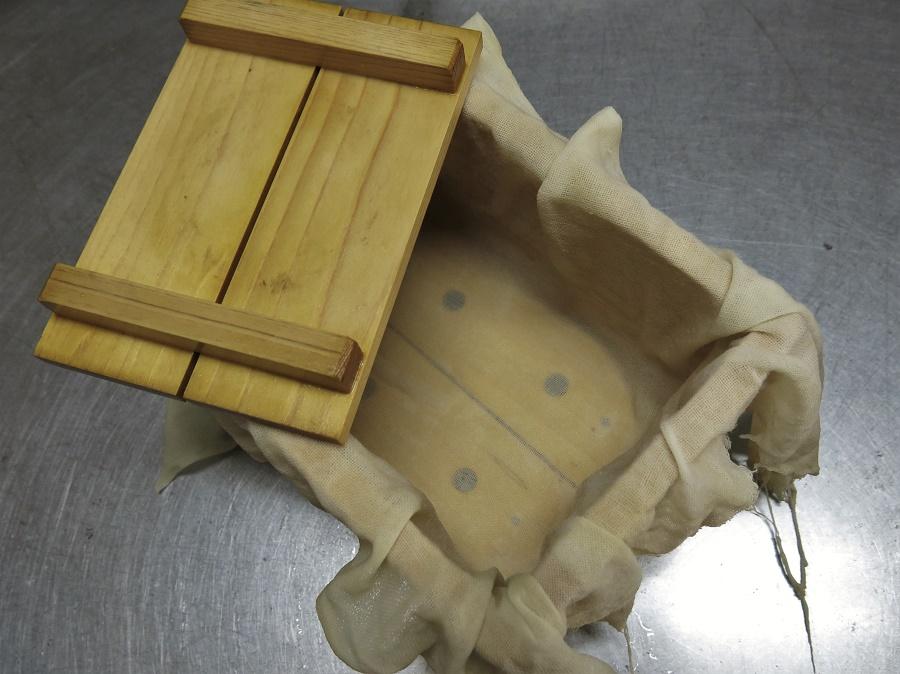 Pour mouler le tofu et laisser s'égoutter l'excédent d'eau, les Japonais utilisent une jolie boîte en bois trouée.