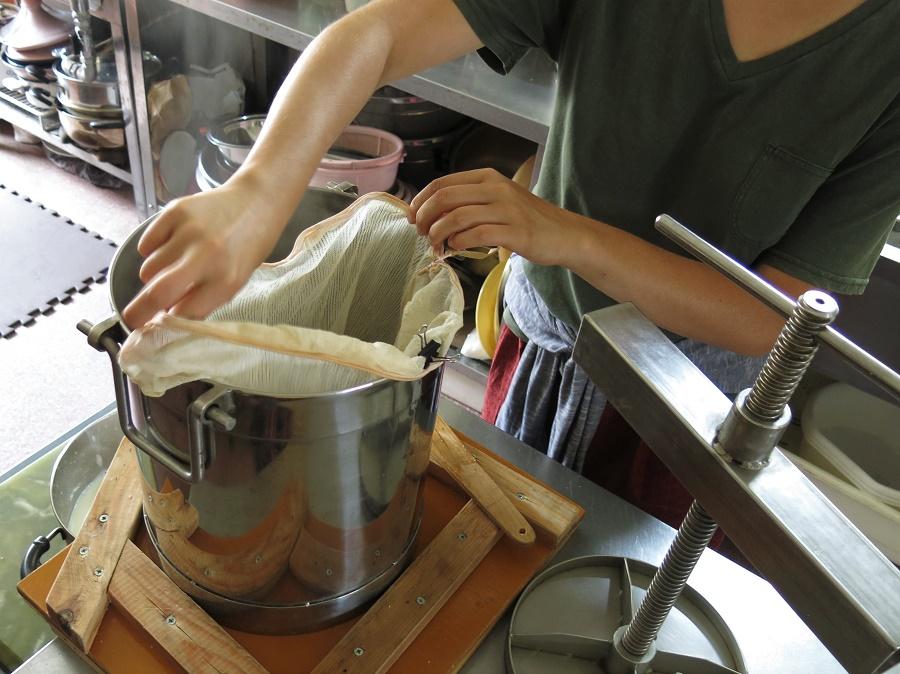 Si on part de lait de soja tout fait, la fabrication de tofu maison est relativement simple et nécessite très peu de matériel. Mais quand on veut transformer directement des graines de soja, il faut trouver un moyen d'en extraire le lait végétal ! Chez Tomoko-san, nous utilisions la presse à miel qui lui sert normalement à extraire le miel de ses ruches. Mais je vous rassure, on peut très bien s'en sortir sans ;)