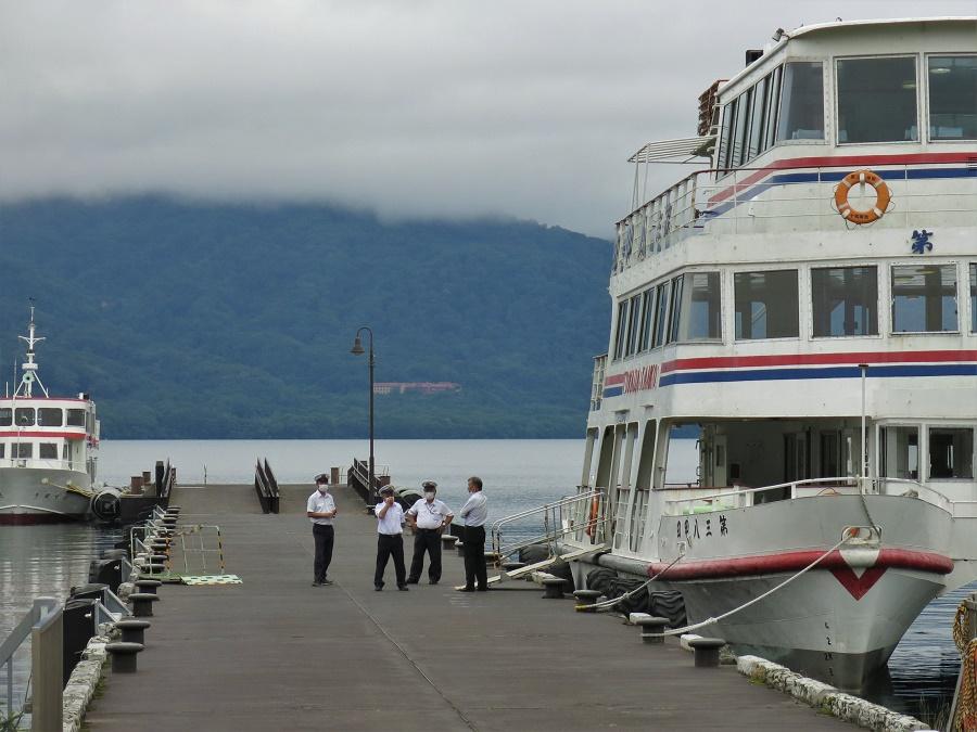 La sérénité du lac est à peine troublée par les croisières qu'effectuent les ferrys plusieurs fois par jour. Celles-ci permettent aux touristes d'admirer les paysages et aux locaux de raccourcir leur trajet d'une rive à l'autre !