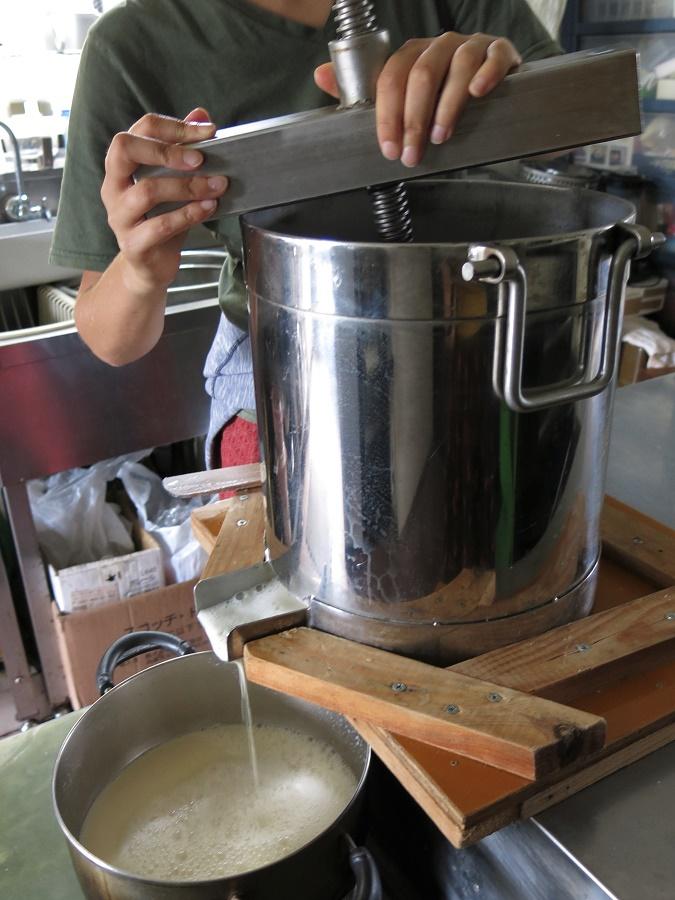 Filtrer le namago pour en extraire le lait de soja maison, nécessaire à la préparation du tofu, est une affaire délicate.